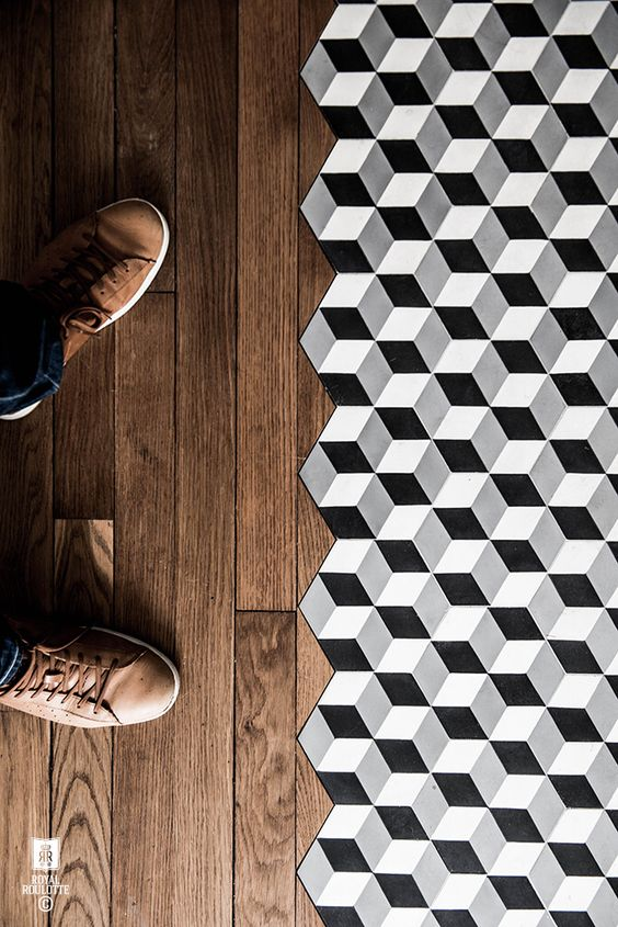 Połączenie drewna z mozaiką. Kolory ziemi dają spektakularny efekt.
