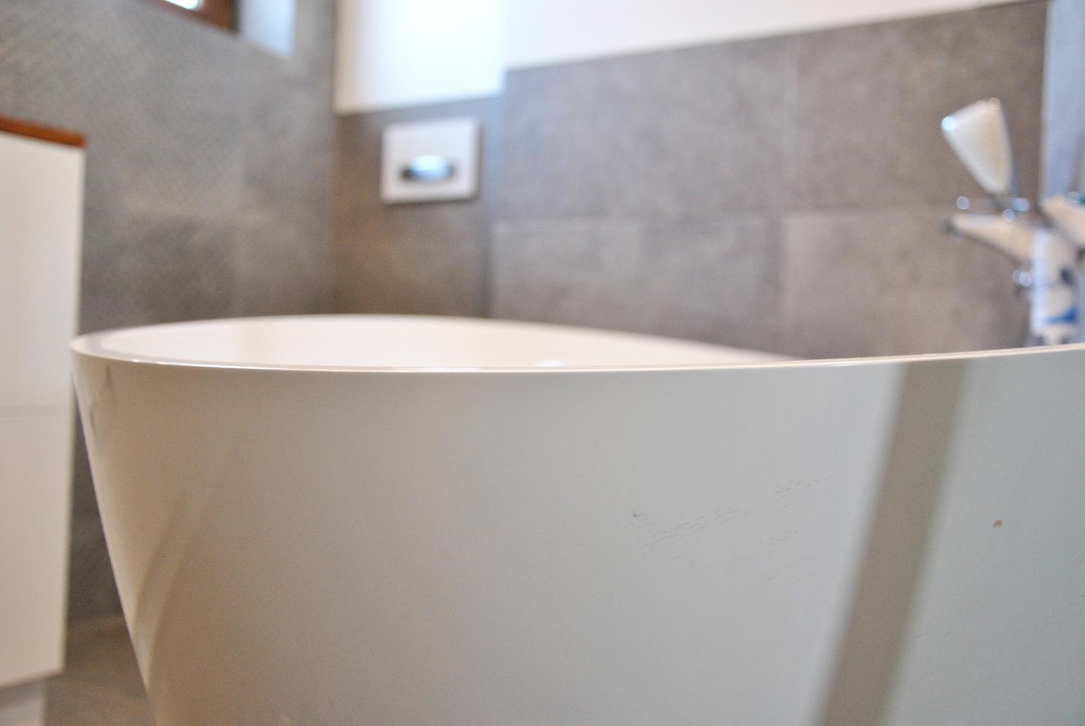 Beton, biel i drewno- motyw przewodni łazienki