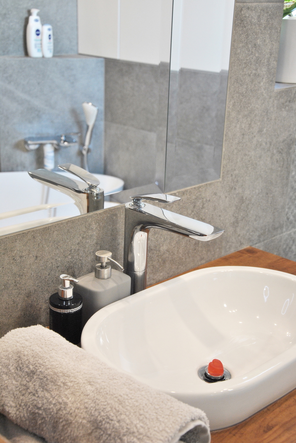 łazienka nowoczesna biel beton drewno