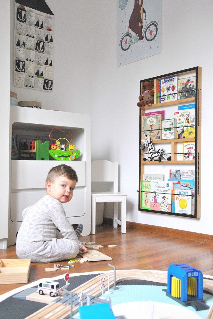 biblioteczka w pokoju dziecka